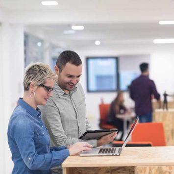 Mitarbeiter besprechen sich in der Firma